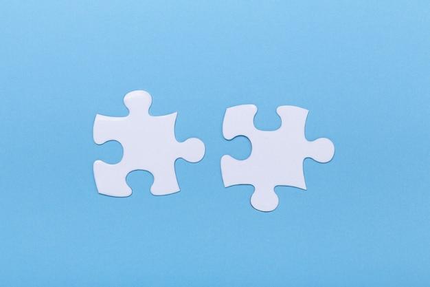 青のジグソーパズルのクローズアップ行方不明のジグソーパズルのピース Premium写真