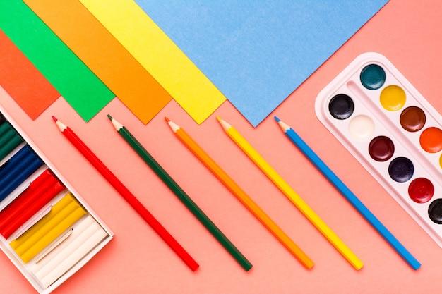 色のボール紙、色鉛筆、粘土、赤の水彩画の創造性シートの項目 Premium写真