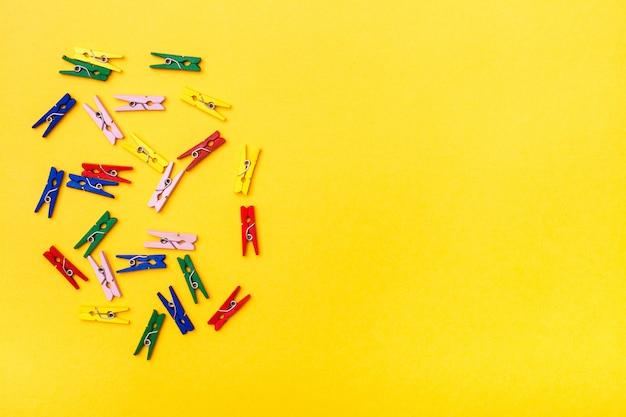 色とりどりの木製クランプは黄色に混沌としています Premium写真