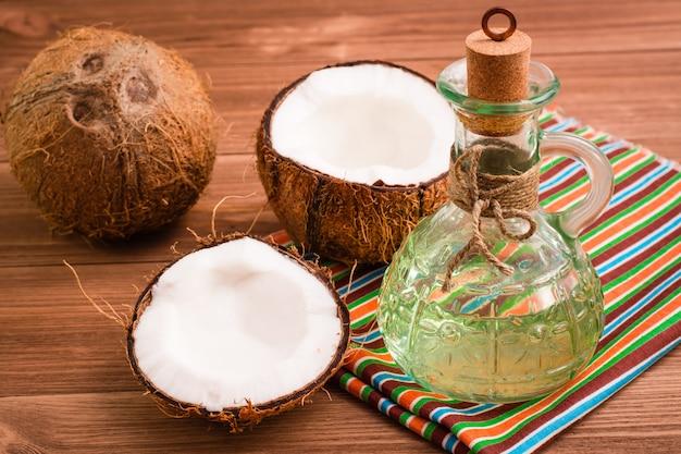 ココナッツとボトルのココナッツオイル Premium写真