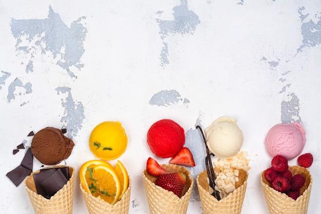 Шоколадное, апельсиновое, клубничное, ванильное и малиновое мороженое Premium Фотографии