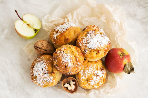 Яблочные кексы на деревянный стол Premium Фотографии