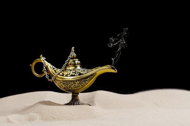 砂の上のアラジンの魔法のランプ Premium写真