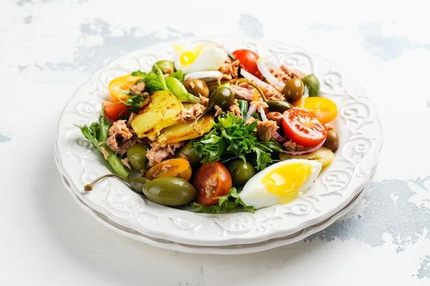 マグロのおいしい夏ニース風サラダ Premium写真