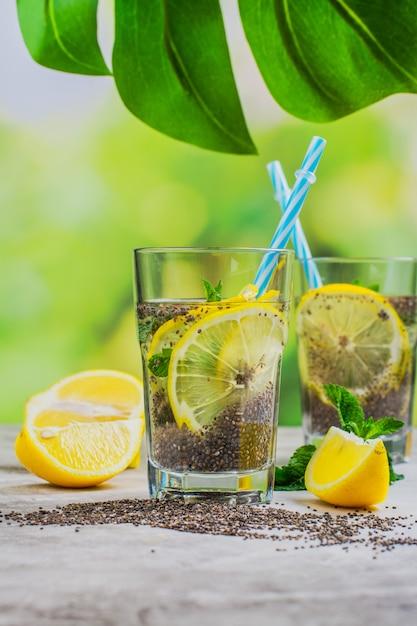 レモンミントとチアフレスカドリンク Premium写真
