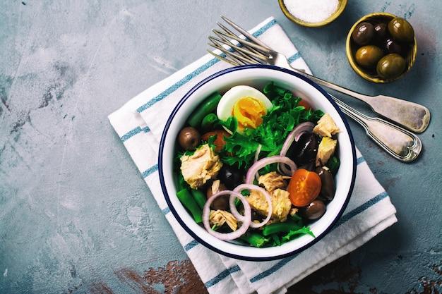 食材を使ったニース風サラダ Premium写真