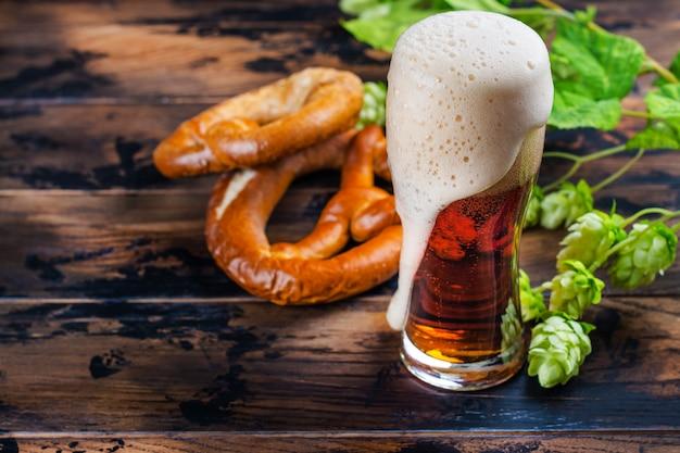 Золотое пиво и крендели Premium Фотографии
