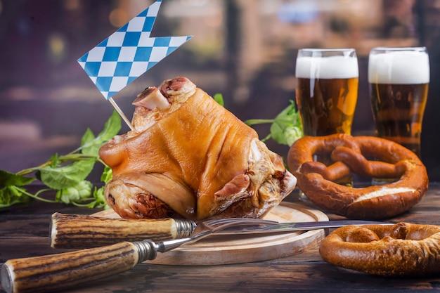 豚肉のナックル、ビール、プレッツェル Premium写真