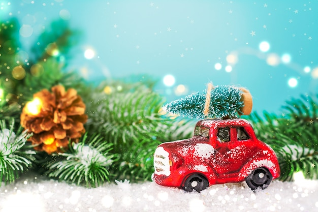 おもちゃの車にクリスマスのモミの木 Premium写真