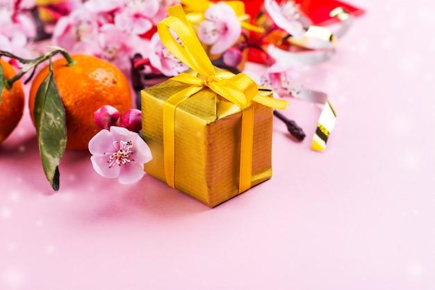 Элементы китайского нового года на розовом Premium Фотографии