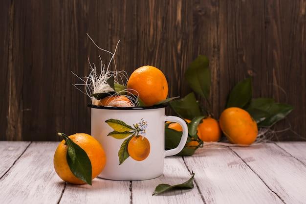 白エナメルレトロマグカップのみかん Premium写真