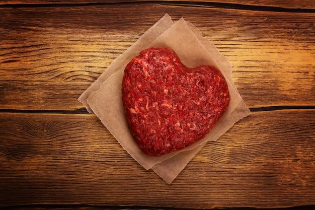 生のハート形のハンバーガーカツ Premium写真
