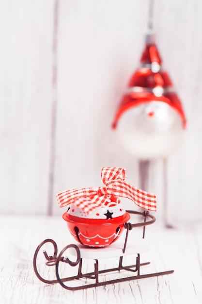 小さなそりでクリスマスや新年の組成 Premium写真