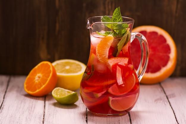 Баночка традиционного красного испанского напитка сангрия с разными цитрусовыми Premium Фотографии