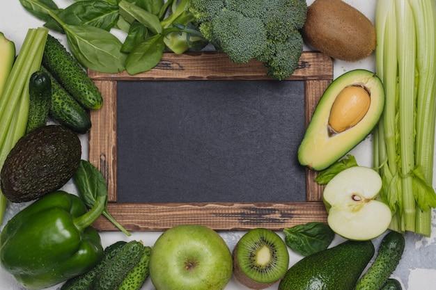 緑の果物と野菜の白い背景の上 Premium写真