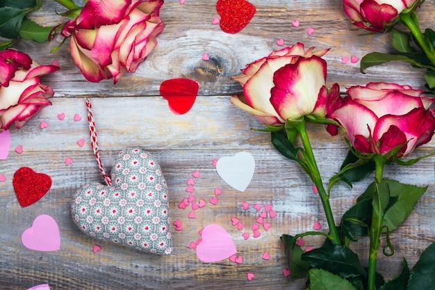 バラと木製の背景に心。バレンタインデーや母の日グリーティングカード Premium写真