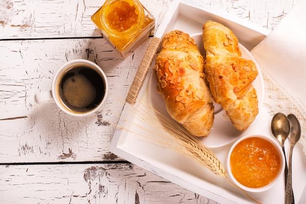 伝統的なフランス式朝食 Premium写真