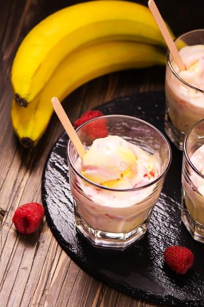 さわやかなミルクとアイスクリームスクープ、ラズベリーとバナナ Premium写真