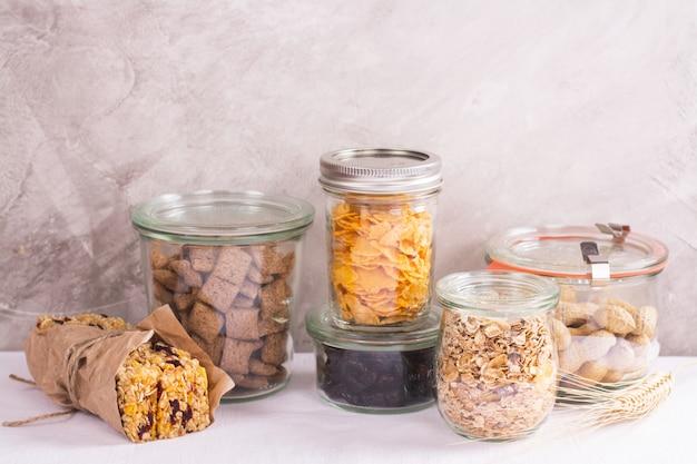 貯蔵瓶の中のシリアルとナッツの盛り合わせ Premium写真
