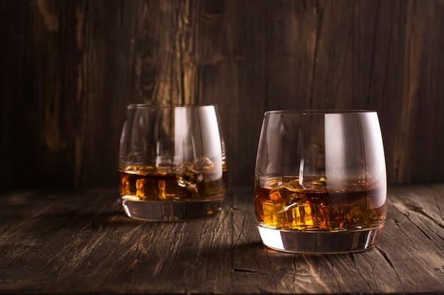 Коньяк в бокалах за деревянным столом Premium Фотографии
