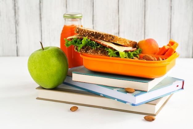 サンドイッチ、フルーツ、ナッツ入りスクールランチボックス Premium写真