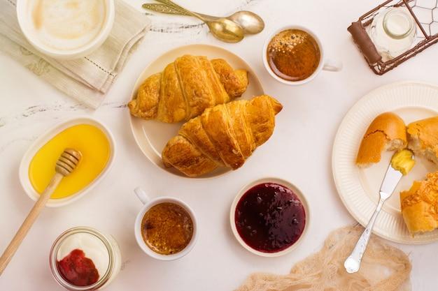 Традиционный французский завтрак Premium Фотографии