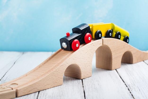 カラフルな木のおもちゃの列車 Premium写真