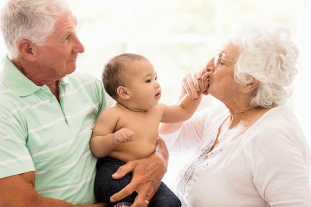 自宅で孫と遊んで幸せな祖父母 Premium写真