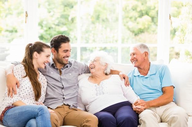 自宅で笑って幸せな家族 Premium写真
