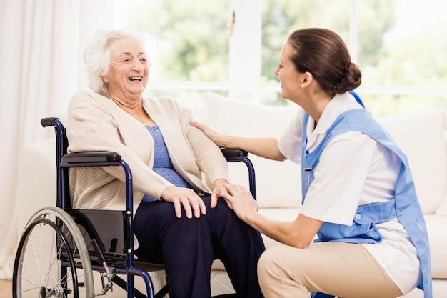 医師が自宅で患者の健康をチェック Premium写真
