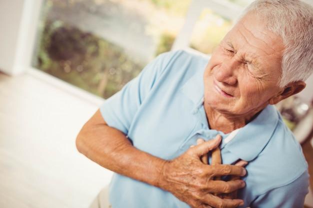 自宅の心の痛みと痛みを伴う年配の男性 Premium写真