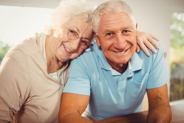 年配のカップルを自宅で笑顔の肖像画 Premium写真