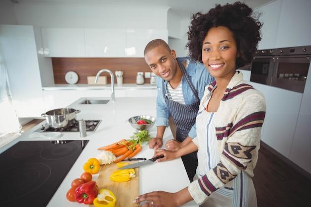 台所で野菜を準備する幸せなカップル Premium写真