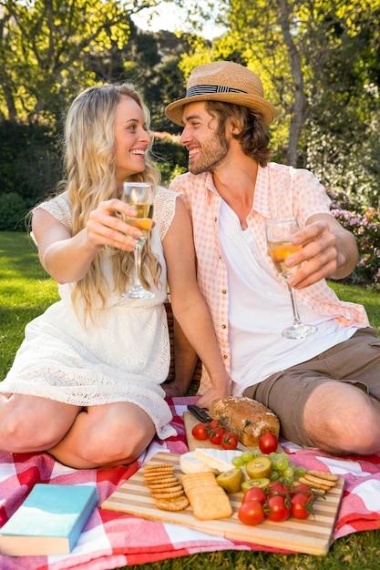 庭でピクニックを持っている幸せなカップル Premium写真