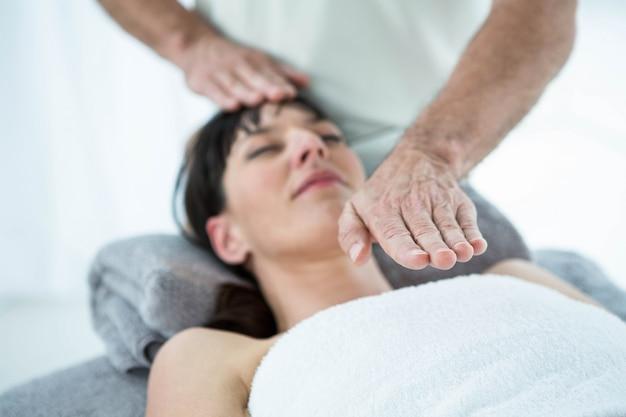 ヘルススパでマッサージ師からマッサージを受ける妊娠中の女性 Premium写真