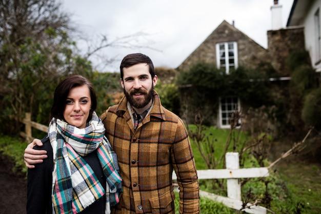 Портрет пара стоя со скрещенными руками Бесплатные Фотографии