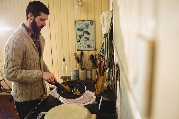 キッチンで食事を準備する男 無料写真