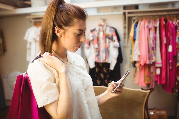 ショッピングをしながら携帯電話を使用して女性 無料写真