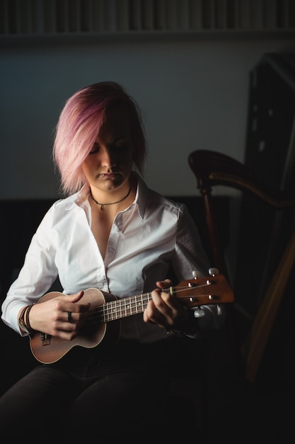 ギターを弾く女性 無料写真