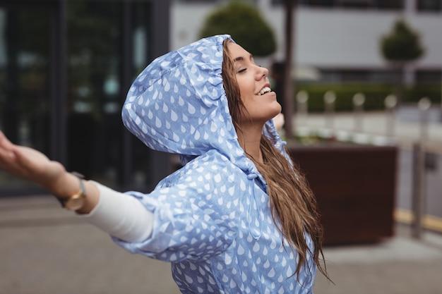 雨を楽しんでいる美しい女性 無料写真