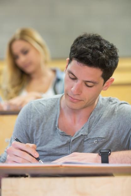 講堂での授業中の深刻な男子生徒 Premium写真