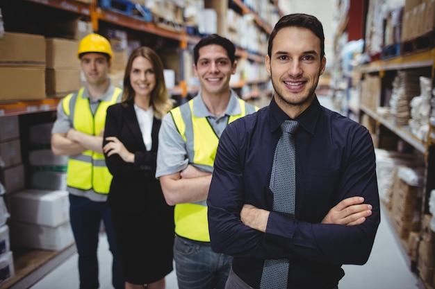 倉庫マネージャーと倉庫の労働者の肖像 Premium写真