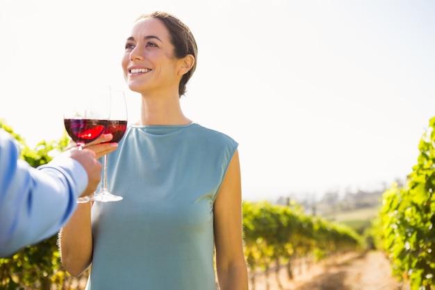 笑顔の若い女性が男とワイングラスを乾杯 Premium写真