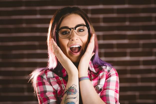眼鏡でショックを受けた女性の肖像画 Premium写真