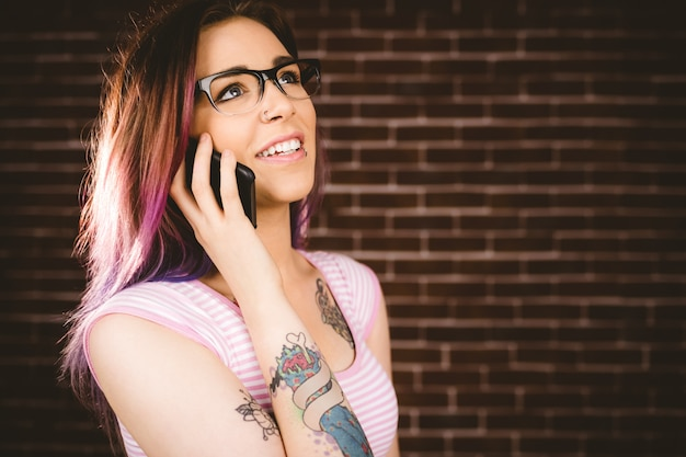 携帯電話で話している女性の笑みを浮かべてください。 Premium写真