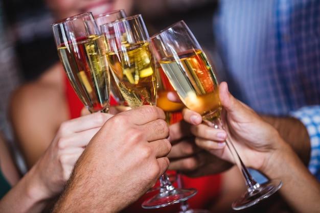 友達のナイトクラブでシャンパングラスを乾杯 Premium写真