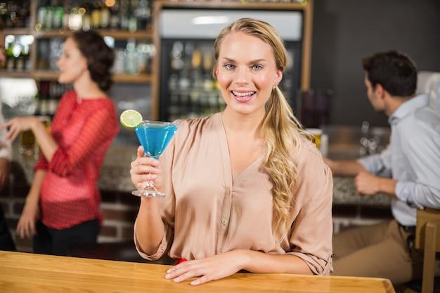 魅力的な女性が乾杯 Premium写真