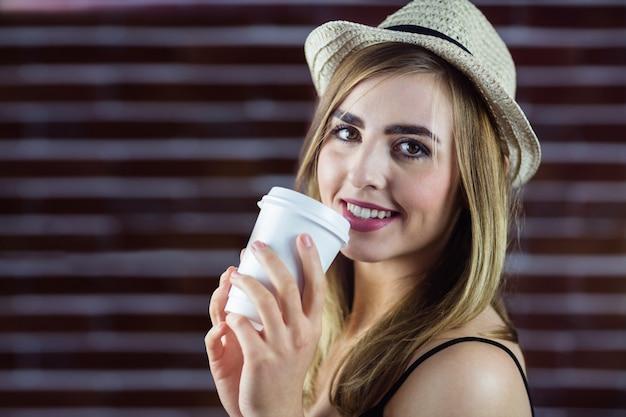 飲み物を飲む女性 Premium写真