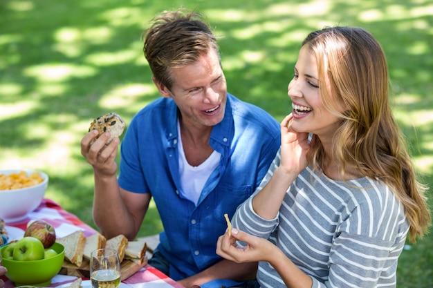 ピクニックを持つ友人 Premium写真