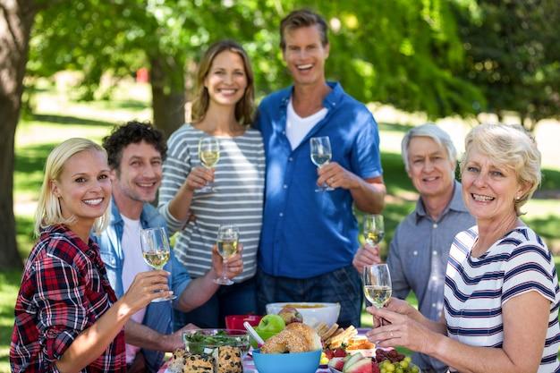 ワインとのピクニックを持つ友人 Premium写真